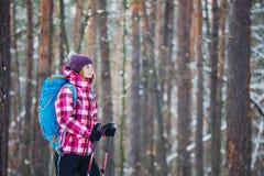 Wycieczkowicz w zima lasowym sporcie, inspiraci i podróży, fotografia royalty free