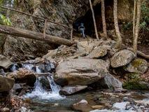 Wycieczkowicz Wspina się schodki Przez łuk skały obrazy stock