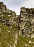 Wycieczkowicz wspinaczki Stroma ścieżka Między Rockowymi formacjami fotografia royalty free