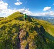 Wycieczkowicz z plecak pozycją na górze góry w Carpathians Ukraina Svydovets grań Zdjęcie Stock