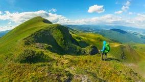 Wycieczkowicz z plecak pozycją na górze góry w Carpathians Ukraina Svydovets grań Zdjęcie Royalty Free