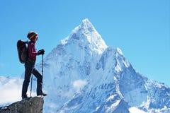 Wycieczkowicz z plecakami dosięga szczyt halny szczyt Sukces wolność i szczęścia osiągnięcie w górach Aktywny sporta przeciw Fotografia Royalty Free