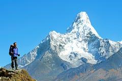 Wycieczkowicz z plecakami dosięga szczyt halny szczyt Sukces wolność i szczęścia osiągnięcie w górach Aktywny sporta przeciw Zdjęcia Royalty Free