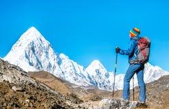Wycieczkowicz z plecakami dosięga szczyt halny szczyt Sukces wolność i szczęścia osiągnięcie w górach Aktywny sporta przeciw Obrazy Royalty Free