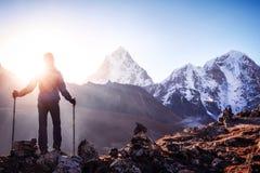 Wycieczkowicz z plecakami dosięga szczyt halny szczyt Succes Obraz Royalty Free