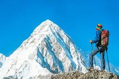 Wycieczkowicz z plecakami dosięga szczyt halny szczyt Succes Zdjęcie Royalty Free