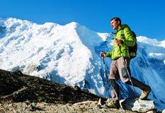 Wycieczkowicz z plecakami dosięga szczyt halny szczyt Succes Obrazy Stock