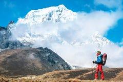 Wycieczkowicz z plecakami dosięga szczyt halny szczyt Succes Obraz Stock
