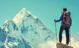 Wycieczkowicz z plecakami dosięga szczyt halny szczyt Succes Zdjęcie Stock