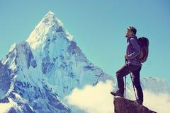 Wycieczkowicz z plecakami dosięga szczyt halny szczyt Succes Obrazy Royalty Free