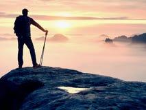 Wycieczkowicz z plecakiem dosięga szczyt halny szczyt Sukces, wolność i szczęście w górach, Obrazy Stock