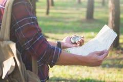 Wycieczkowicza gmerania kierunek z kompasem w lesie zdjęcie royalty free