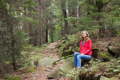 Wycieczkowicza kobiety obsiadanie na postoju w lesie Obrazy Royalty Free