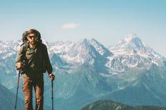 Wycieczkowicza mężczyzna wspinaczkowe góry z plecakiem Zdjęcia Stock