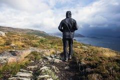Wycieczkowicza odprowadzenie w górach na deszczowym dniu, bramkowych succes i wolności, Travling Norwegia krajobraz obrazy royalty free