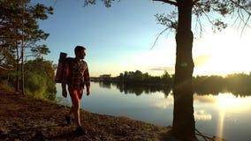 Wycieczkowicza odprowadzenie wzdłuż brzeg rzekiego w wspaniałym miejscu, cieszy się pięknego widok obrazy stock