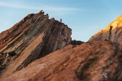 Wycieczkowicza pięcie na rockowych formacjach przy Vasquez Kołysa Naturalnego terenu parka Obrazy Royalty Free