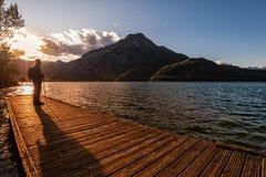 Wycieczkowicza przyglądający zmierzch nad jeziorem Zdjęcie Royalty Free