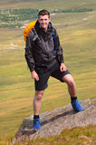 Wycieczkowicza uśmiechnięty portret na góra wierzchołku Fotografia Royalty Free