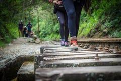 Wycieczkowicze chodzi w kierunku Machu Picchu od hydroelektrycznej elektrowni obrazy stock