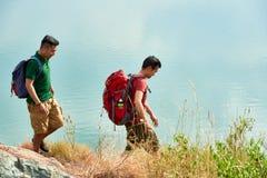 Wycieczkowicze chodzi wzdłuż jeziora obrazy stock