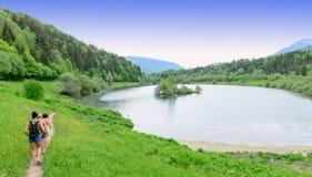 Wycieczkowicze na krawędziach jezioro fotografia royalty free