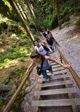 Wycieczkowicze na krokach, Adrapach Teplice, Rockowy miasteczko park, republika czech Zdjęcie Royalty Free