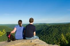 Wycieczkowicze na kruk skale w bednarza stanu Rockowym lesie WV Obraz Stock