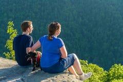 Wycieczkowicze na kruk skale w bednarza stanu Rockowym lesie WV Zdjęcia Stock
