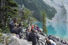 Wycieczkowicze odpoczywa przy Górnym Joffrey jeziorem na Joffre jeziornej podwyżce blisko Pemberton BC Zdjęcia Stock