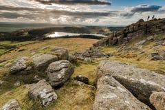 Wycieczkowicze patrzeje od wzgórze wierzchołka, przygoda outdoors Obraz Royalty Free