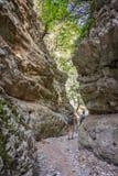 Wycieczkowicze w wąskim śladzie Imbros wąwóz, Crete Grecja fotografia stock