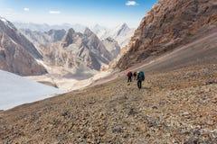 Wycieczkowicze w wysokich górach Zdjęcia Royalty Free
