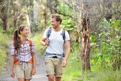 Wycieczkowicze - wycieczkujący ludzi chodzić szczęśliwy w lesie Fotografia Royalty Free