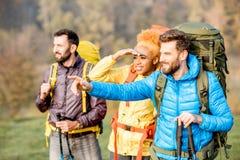Wycieczkowicze z plecakami outdoors zdjęcia royalty free