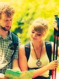 Wycieczkowiczy backpackers pary czytania mapa na wycieczce Obrazy Stock