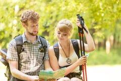 Wycieczkowiczy backpackers pary czytania mapa na wycieczce Zdjęcia Royalty Free