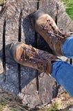 Wycieczkowiczy buty na drewnie Obraz Royalty Free