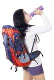 Wycieczkowiczy napojów woda z butelką Obraz Stock