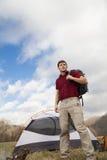 Wycieczkowiczy sety w górę obozu - Zdjęcia Stock