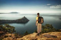 Wycieczkowiczy spojrzenia przy horyzontem Obraz Royalty Free
