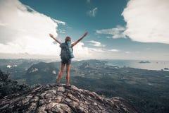 Wycieczkowiczy stojaki na górze góry Zdjęcie Royalty Free