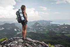 Wycieczkowiczy stojaki na górze góry Obrazy Royalty Free