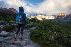 Wycieczkowiczy stojaki na śladzie Zdjęcie Royalty Free