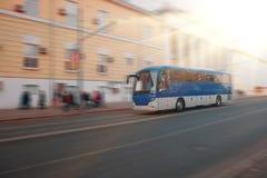 Wycieczkowy miasto autobus rusza się wzdłuż ogromne miasto ulicy tło plama zamazywał chwyta frisbee doskakiwania ruch Zdjęcie Royalty Free