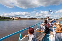 Wycieczkowy statek na Volhov rzece w Veliky Novgorod Zdjęcia Royalty Free