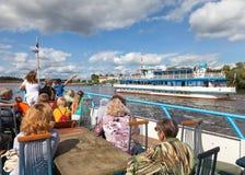 Wycieczkowy statek na Volhov rzece w Veliky Novgorod Zdjęcia Stock
