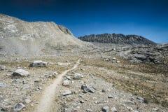 Wycieczkujący ślad w sierra Nevada góry Fotografia Stock