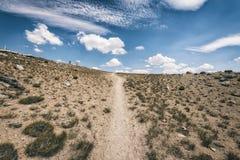Wycieczkujący ślad w sierra Nevada góry Obrazy Stock