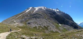 Wycieczkujący ślad wzrasta do wysokiego śnieżnego halnego szczytu Obraz Stock